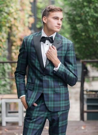 Outfits hombres: Casa un traje de tartán en azul marino y verde junto a una camisa de vestir blanca para una apariencia clásica y elegante.
