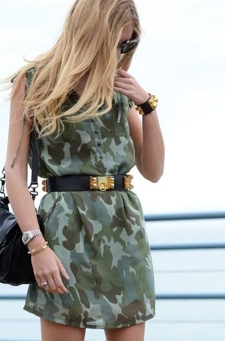 Cómo combinar: gafas de sol negras, correa de cuero con tachuelas negra, bolso bandolera de cuero negro, vestido camisa de camuflaje verde oliva