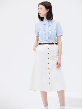 Cómo combinar: correa de cuero en marrón oscuro, falda con botones blanca, camisa de manga corta celeste