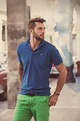 Combinar un pantalón chino en verde menta en clima caliente: Empareja una camisa polo azul con un pantalón chino en verde menta para una vestimenta cómoda que queda muy bien junta.