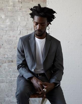 Cómo combinar: correa de cuero negra, camiseta con cuello circular blanca, traje en gris oscuro
