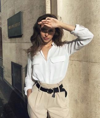 Cómo combinar: correa de cuero negra, pantalones anchos en beige, camisa de vestir de seda blanca