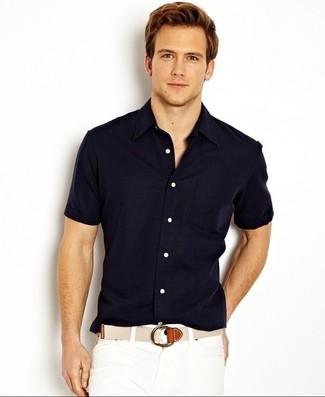 Cómo combinar: correa de lona en beige, pantalones cortos blancos, camisa de manga corta azul marino