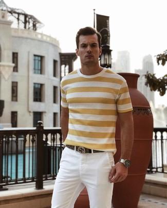 Cómo combinar: reloj plateado, correa de cuero marrón, pantalón chino blanco, camiseta con cuello circular de rayas horizontales amarilla