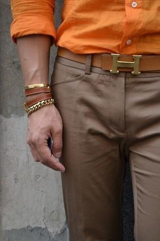 Cómo combinar: pulsera de cuero marrón, correa de cuero marrón, pantalón de vestir marrón, camisa de vestir naranja
