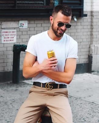 Cómo combinar: gafas de sol negras, correa de cuero negra, pantalón chino marrón claro, camiseta con cuello circular blanca