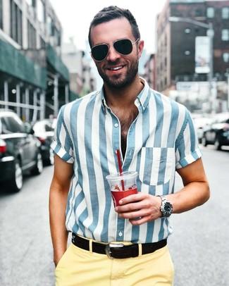 Cómo combinar: gafas de sol negras, correa de cuero negra, pantalón chino amarillo, camisa de manga corta de rayas verticales en blanco y azul