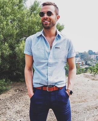 Cómo combinar: gafas de sol negras, correa de cuero en tabaco, pantalón chino azul marino, camisa de manga corta de rayas verticales celeste