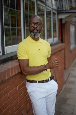 Cómo combinar: reloj de cuero negro, correa de cuero en marrón oscuro, pantalón chino blanco, camisa polo amarilla