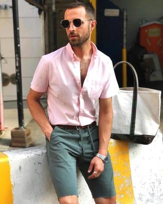 Combinar unos pantalones cortos verde oscuro: Usa una camisa de manga corta rosada y unos pantalones cortos verde oscuro para un look diario sin parecer demasiado arreglada.