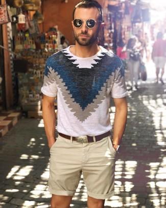 Cómo combinar: gafas de sol negras, correa de cuero en marrón oscuro, pantalones cortos en beige, camiseta con cuello circular estampada en blanco y azul marino