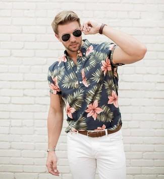 Cómo combinar: gafas de sol negras, correa de cuero marrón, vaqueros blancos, camisa de manga corta con print de flores negra