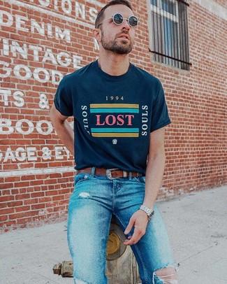 Cómo combinar: gafas de sol negras, correa de cuero marrón, vaqueros pitillo desgastados azules, camiseta con cuello circular estampada azul marino
