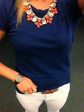 Cómo combinar: collar naranja, correa de cuero marrón, vaqueros pitillo blancos, camiseta con cuello circular azul marino