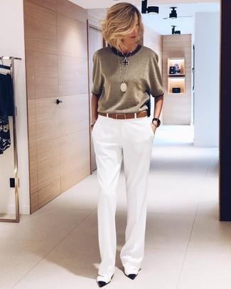 Cómo combinar: colgante negro, correa de cuero marrón, zapatos de tacón de cuero en blanco y negro, pantalones anchos blancos