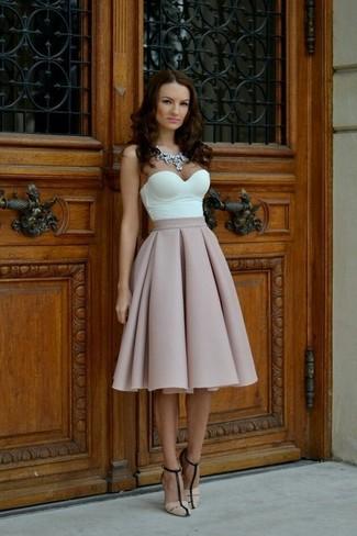 Cómo combinar: corsé blanco, falda campana rosada, sandalias de tacón de cuero en beige, collar transparente