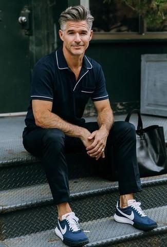 Outfits hombres estilo casuale: Intenta combinar una camisa polo azul marino con un pantalón chino negro para un look diario sin parecer demasiado arreglada. ¿Quieres elegir un zapato informal? Elige un par de deportivas azul marino para el día.