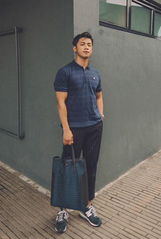 Cómo combinar: bolsa tote de cuero azul marino, deportivas de ante azul marino, pantalón de vestir de rayas verticales negro, camisa polo de rayas horizontales azul marino