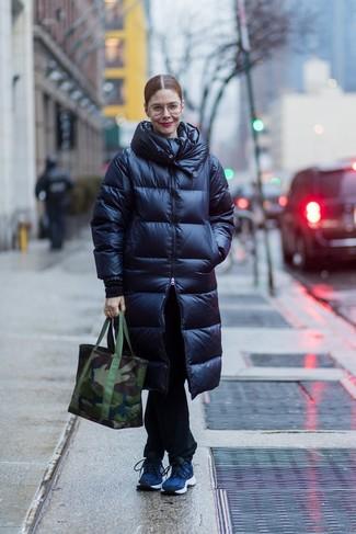 Cómo combinar: bolsa tote de lona de camuflaje verde oscuro, deportivas azul marino, vaqueros negros, abrigo de plumón azul marino