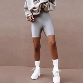 Cómo combinar: calcetines blancos, deportivas blancas, mallas ciclistas plateadas, sudadera estampada gris