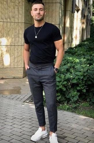 Look de moda: Reloj de cuero negro, Deportivas blancas, Pantalón chino de lana en gris oscuro, Camiseta con cuello circular negra