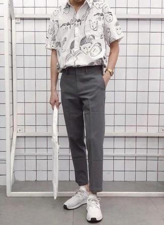 Outfits hombres: Casa una camisa de manga corta estampada en negro y blanco con un pantalón chino gris para conseguir una apariencia relajada pero elegante. Para el calzado ve por el camino informal con deportivas blancas.