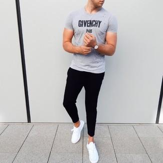 Cómo combinar: reloj plateado, deportivas blancas, pantalón de chándal negro, camiseta con cuello circular estampada gris
