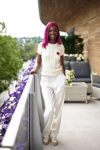 Outfits mujeres: Usa un jersey de manga corta blanco y unos pantalones anchos blancos para lidiar sin esfuerzo con lo que sea que te traiga el día. Si no quieres vestir totalmente formal, haz deportivas blancas tu calzado.