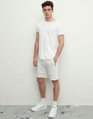 Combinar unas zapatillas: Equípate una camiseta con cuello circular blanca con unos pantalones cortos blancos para un look diario sin parecer demasiado arreglada. ¿Quieres elegir un zapato informal? Completa tu atuendo con zapatillas para el día.