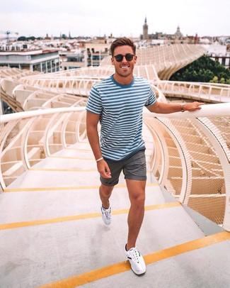 Cómo combinar: gafas de sol negras, deportivas blancas, pantalones cortos grises, camiseta con cuello circular de rayas horizontales en blanco y azul