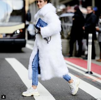 Combinar un bolso bandolera de cuero azul: Considera emparejar un abrigo de piel blanco junto a un bolso bandolera de cuero azul para conseguir una apariencia relajada pero chic. Deportivas blancas añadirán interés a un estilo clásico.