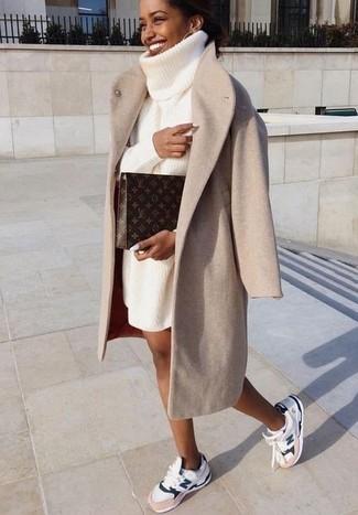 Cómo combinar: cartera sobre de cuero estampada en marrón oscuro, deportivas blancas, vestido jersey de punto blanco, abrigo en beige