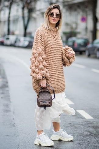 Cómo combinar: mochila de cuero en marrón oscuro, deportivas blancas, vestido largo de gasa blanco, jersey oversized de punto marrón claro