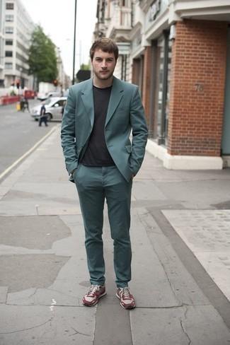 Outfits hombres en clima cálido: Emparejar un traje en verde azulado con una camiseta con cuello circular negra es una opción incomparable para un día en la oficina. Si no quieres vestir totalmente formal, completa tu atuendo con deportivas burdeos.
