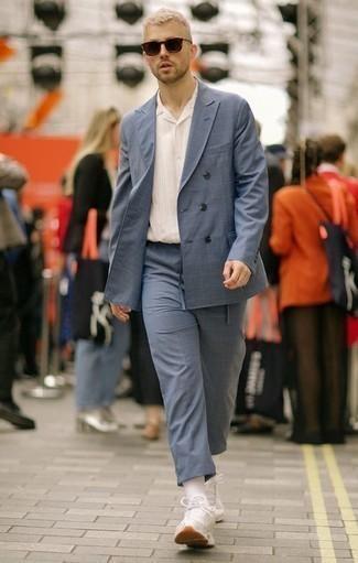 Combinar unas deportivas blancas: Empareja un traje a cuadros azul junto a una camisa de manga corta de rayas verticales blanca para lograr un look de vestir pero no muy formal. ¿Te sientes valiente? Completa tu atuendo con deportivas blancas.