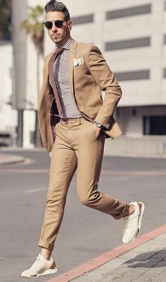 Cómo combinar: corbata marrón, deportivas de ante en beige, camisa de vestir de cuadro vichy marrón, traje marrón claro