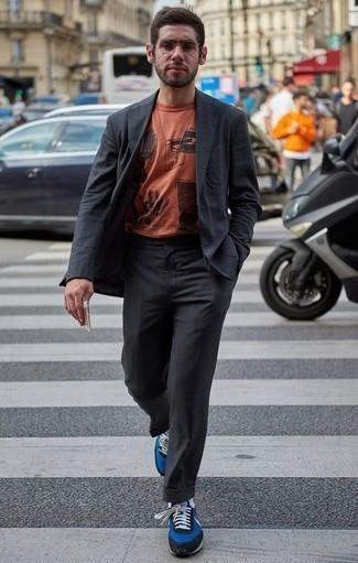 Combinar un traje en gris oscuro: Equípate un traje en gris oscuro con una camiseta con cuello circular estampada naranja para después del trabajo. Deportivas azules resaltaran una combinación tan clásico.