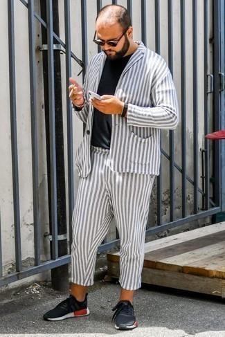Combinar un traje de rayas verticales blanco: Empareja un traje de rayas verticales blanco junto a una camiseta con cuello circular negra para lograr un look de vestir pero no muy formal. Si no quieres vestir totalmente formal, complementa tu atuendo con deportivas negras.