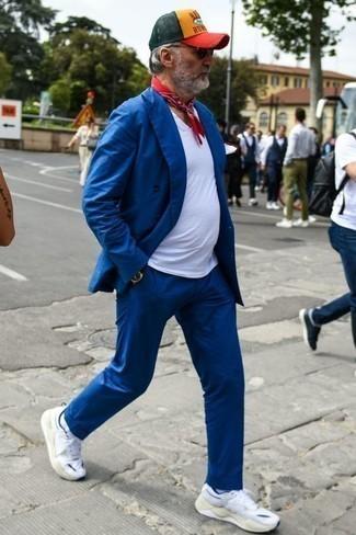 Combinar una gorra de béisbol: Empareja un traje azul con una gorra de béisbol para una vestimenta cómoda que queda muy bien junta. ¿Te sientes valiente? Completa tu atuendo con deportivas blancas.