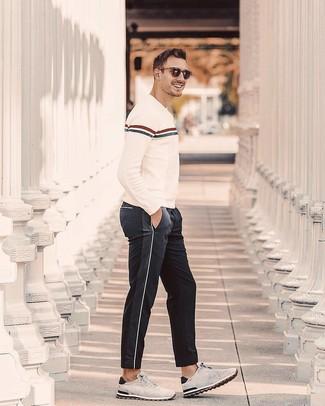 Cómo combinar: deportivas de ante grises, pantalón de chándal negro, jersey con cuello circular de rayas horizontales en beige