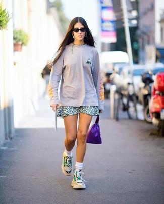 Cómo combinar: calcetines blancos, deportivas en beige, falda skater con print de flores verde, camiseta de manga larga rosada