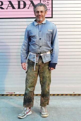 Look de Tom Sachs: Riñonera de lona blanca, Deportivas en beige, Pantalón cargo de camuflaje verde oliva, Camisa vaquera celeste