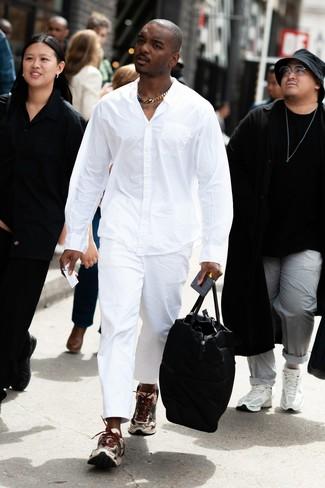 Cómo combinar: bolsa de viaje de cuero negra, deportivas en beige, pantalón chino blanco, camisa de manga larga blanca