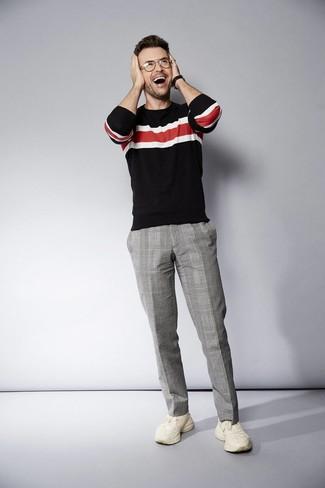 Cómo combinar: reloj de cuero negro, deportivas en beige, pantalón de vestir de tartán gris, jersey con cuello circular de rayas horizontales negro
