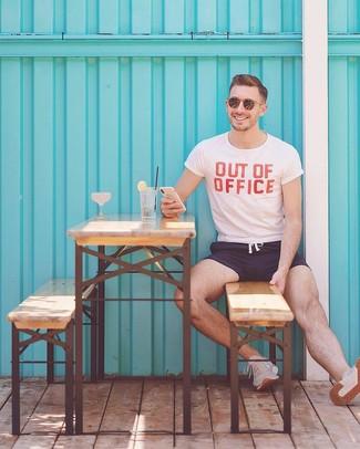 Cómo combinar: gafas de sol marrónes, deportivas en beige, shorts de baño azul marino, camiseta con cuello circular estampada en blanco y rojo