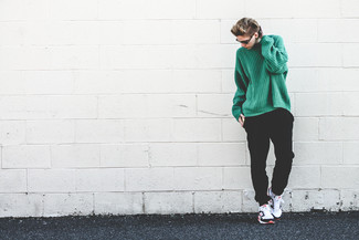 Cómo combinar: deportivas en blanco y negro, pantalón de chándal negro, jersey oversized de punto verde