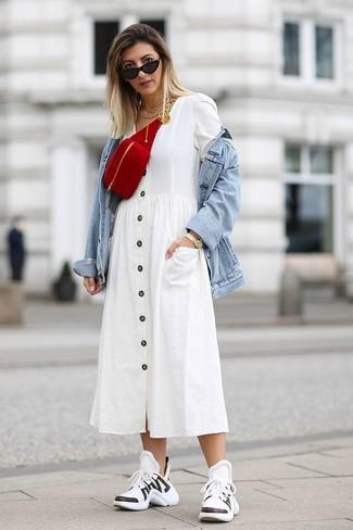 Cómo combinar: riñonera de ante roja, deportivas en blanco y negro, vestido camisa blanca, chaqueta vaquera celeste