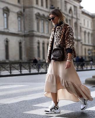 Cómo combinar: mochila de cuero en marrón oscuro, deportivas en blanco y negro, vestido largo con volante en beige, chaqueta de piel de leopardo marrón
