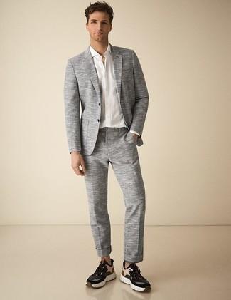Combinar unas deportivas en multicolor: Elige un traje gris y una camisa de vestir blanca para un perfil clásico y refinado. Si no quieres vestir totalmente formal, completa tu atuendo con deportivas en multicolor.