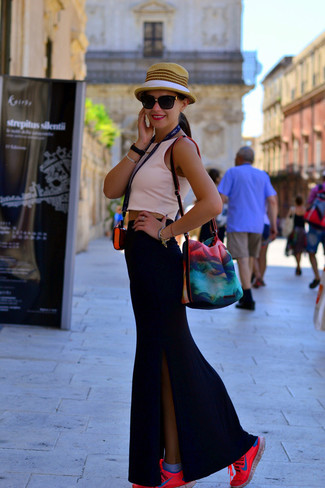 Cómo combinar: sombrero de paja marrón claro, deportivas rosa, falda larga con recorte negra, top corto rosado
